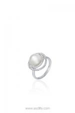 英皇珠寶「珍.愛」系列  18K 白色黃金及珍珠鑽石戒指  電話:2522-2918 地址:灣仔軒尼詩道288號英皇集團中心G05鋪